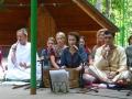 Музыканты исполнили несколько бхаджанов: медитативных...